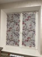 Рулонные шторы с тканью в цветочном мотиве